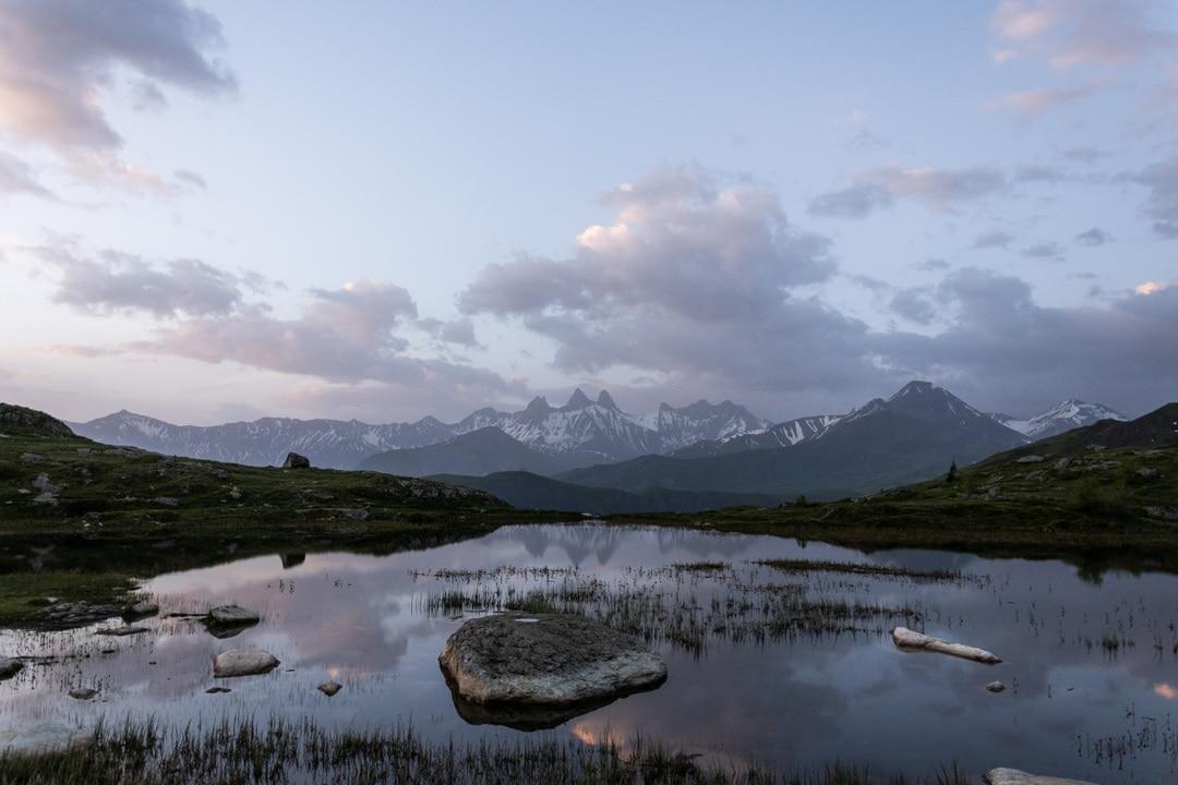 lac avec montagnes en fond