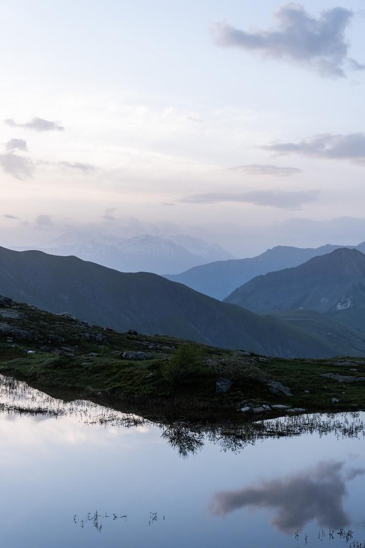 heure bleue sur montagnes et lac