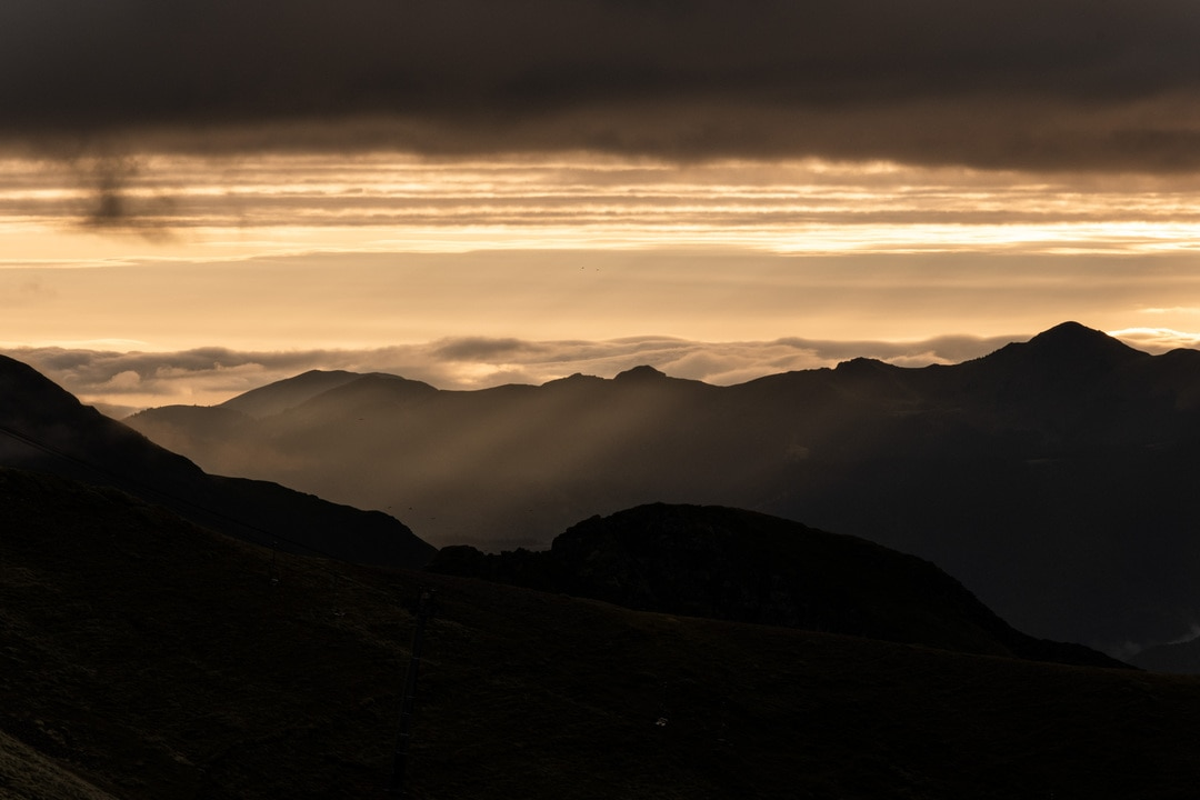 lumière dorée en montagne