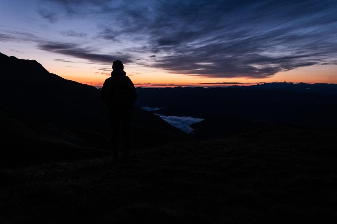 randonneur face au lever de soleil
