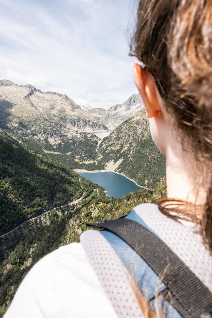 randonneur face lac orédon