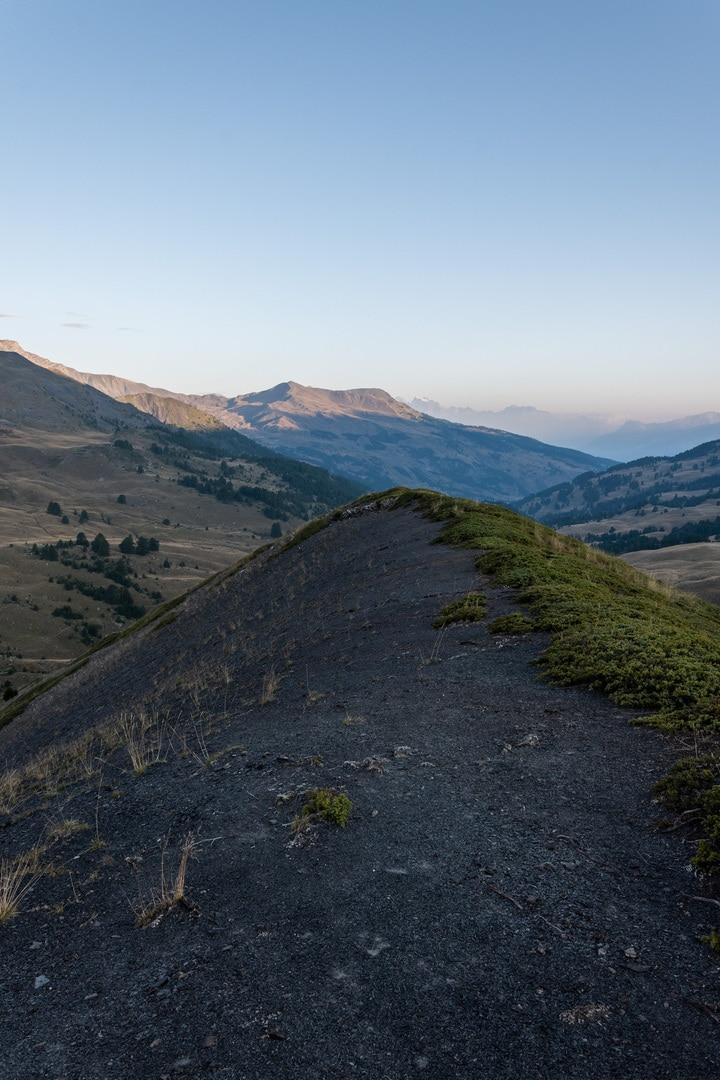 sommet avec vue sur montagnes