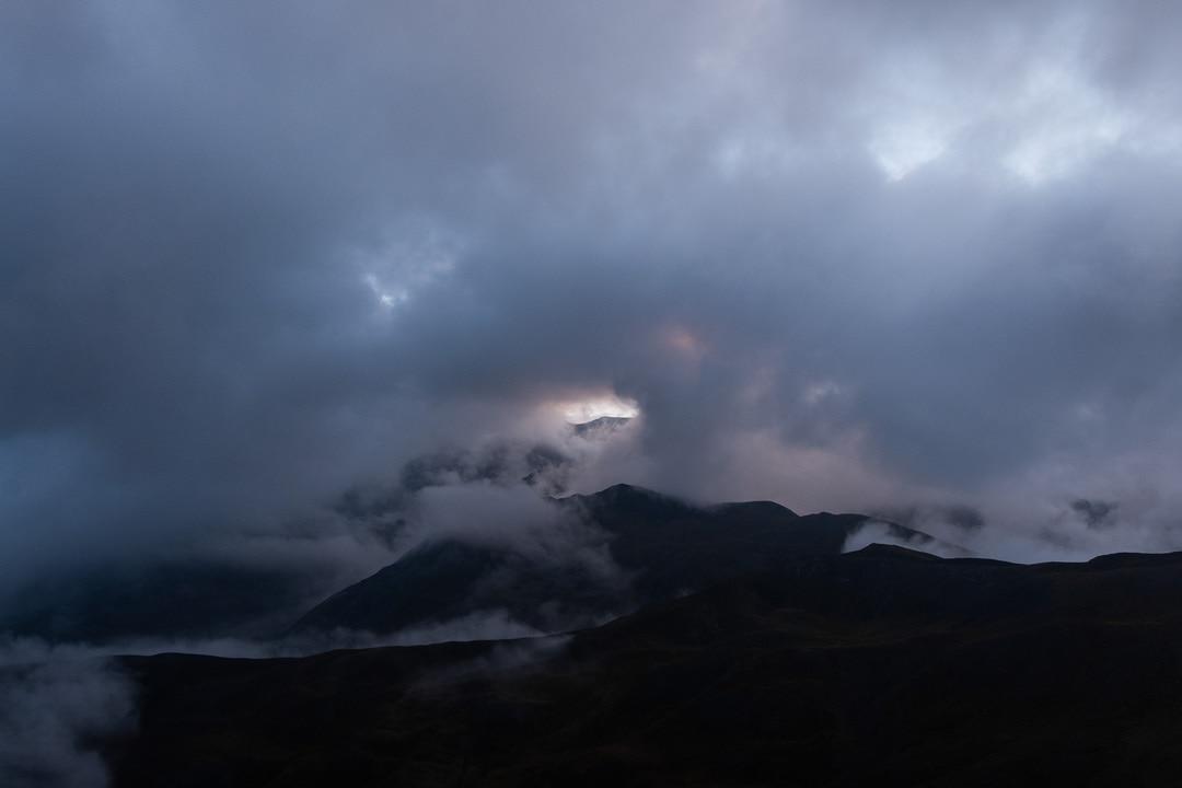 crêtes dans les nuages au petit matin
