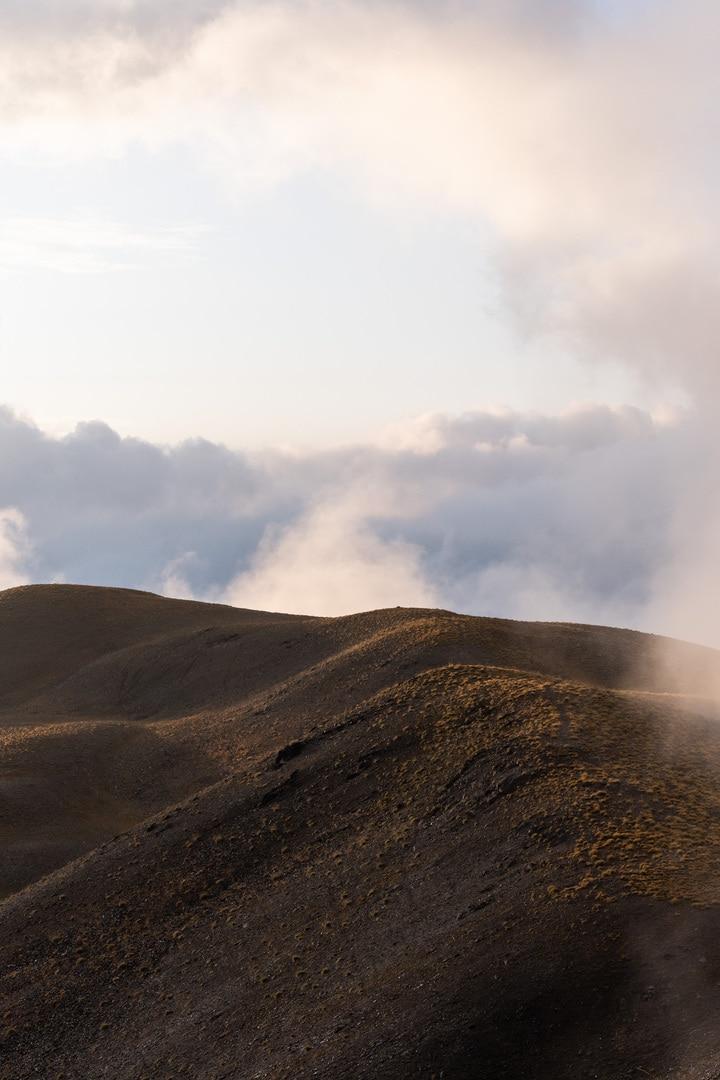 crête entourée par les nuages