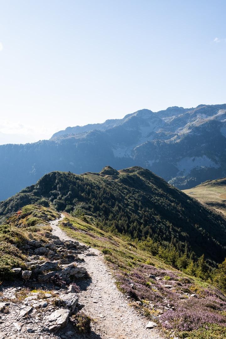 sentier sur crête montagne