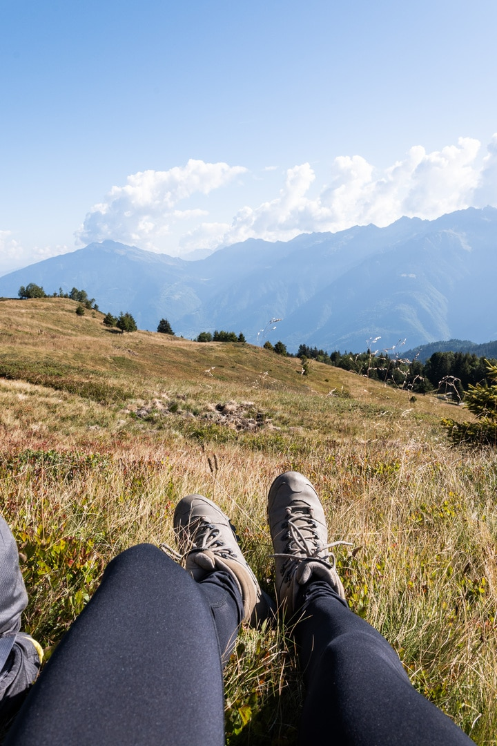 chaussures randonnées face aux montagnes