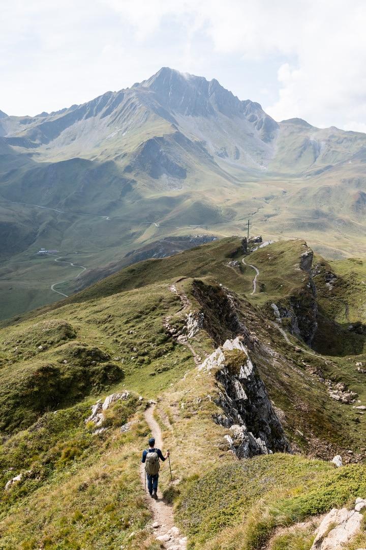randonneur sur sentier en montagne