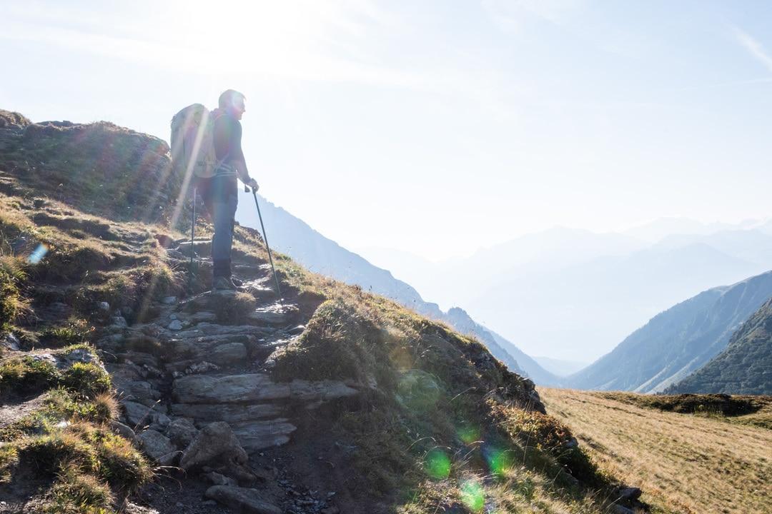 randonneur face aux montagnes