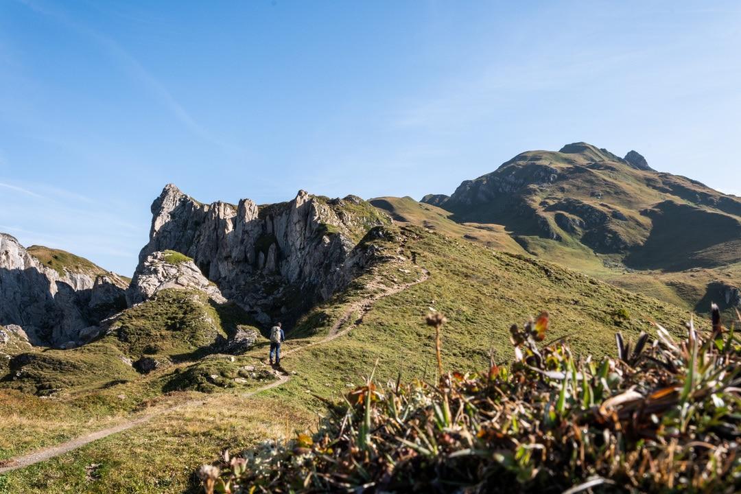 randonneur sur sentier montagne